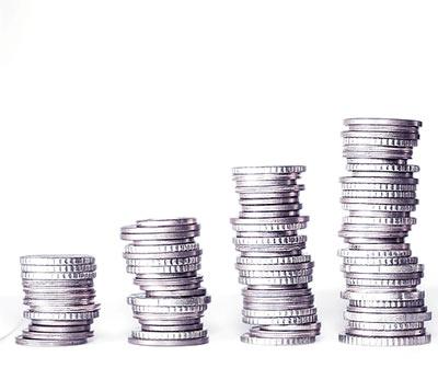 monety ustawione w słupkach